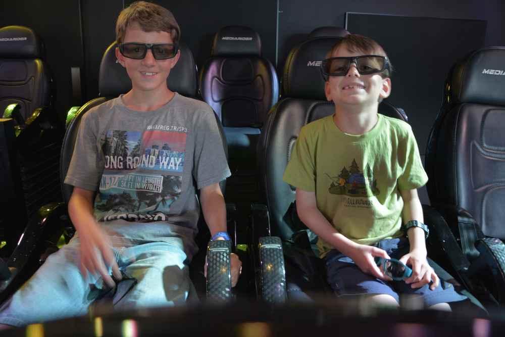 Den Kindern gefällt es im 4-D Kino im Minimundus Freizeitpark
