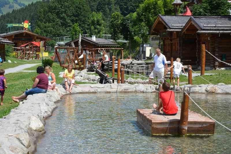 Abenteuerspielplatz in den Bergen mit Floß und Wasserspielplatz