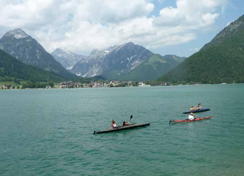 Direkt am Achensee radfahren und die Kanuten beobachten