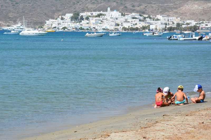 In Adamas Milos am Strand - mit der Stadt am Horizont