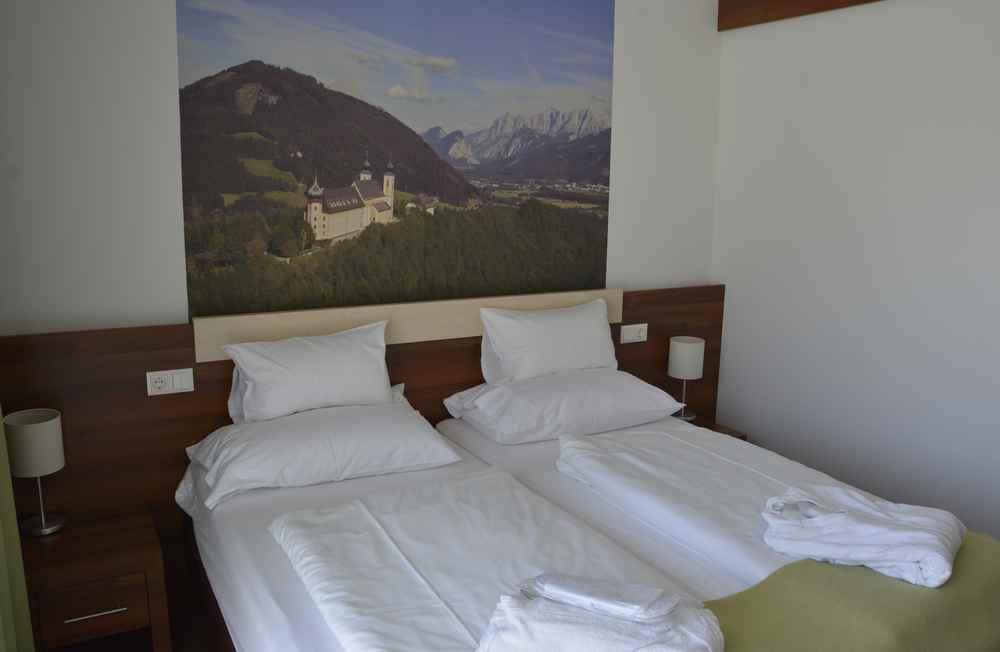 Über unserem Bett hängt der schöne Blick auf das Kloster Frauenberg bei Admont - oben auf dieser Seite ist der Blick von Frauenberg auf Admont