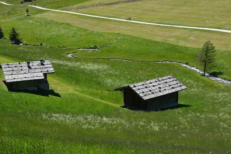 Die vielen Holzhütten zeichnen das Altfasstal oberhalb von Meransen aus