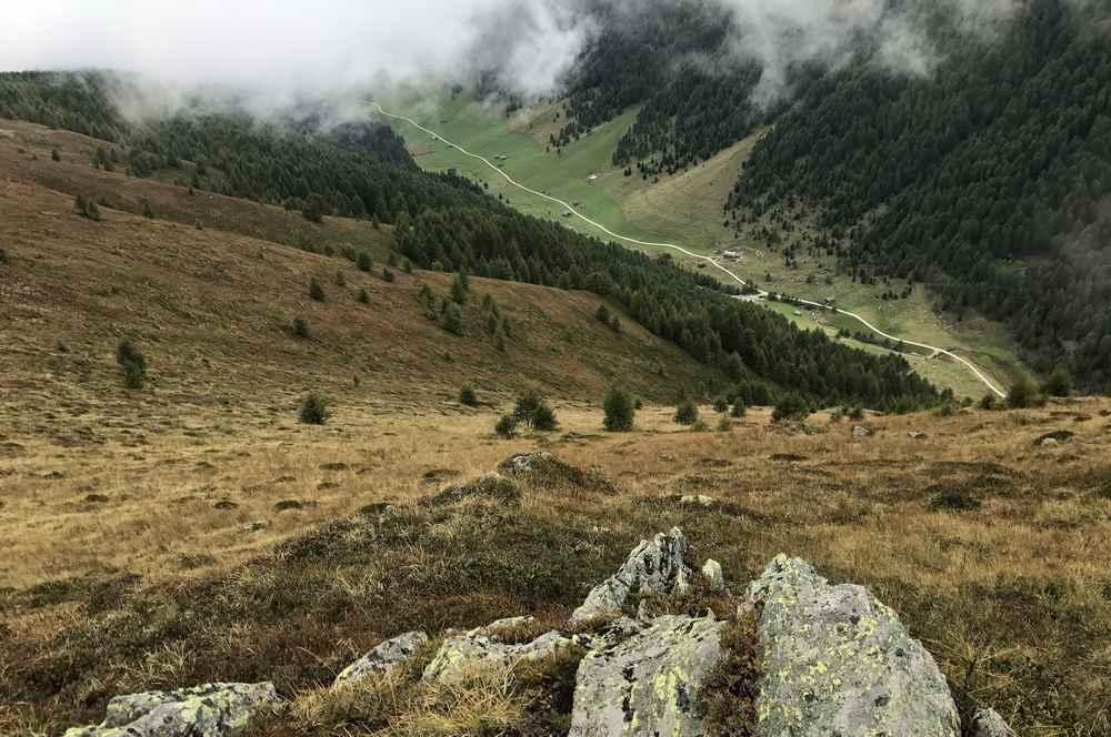 Vom Gipfel schauen wir hinunter ins Altfasstal
