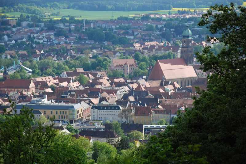 Der Ausblick auf die historische Altstadt von Amberg, vom Mariahilfberg aus gesehen