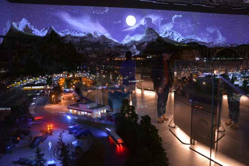 In der Modelleisenbahnwelt werden auch die Tageszeiten simuliert: Hier mit Beleuchtung in der Nacht