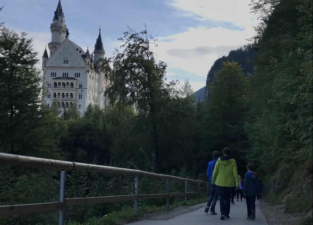 Die Schloss Neuschwanstein Tickets bekommst du unten im Ort, zu Fuß geht es hinauf zum Schloss