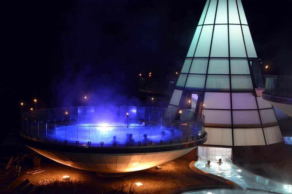 """Mondscheinbaden im Aqua Dome:  Jeden Freitag haben die Bäder und Saunen bis 24.00 Uhr offen - sonst """"nur"""" bis 23.00 Uhr - Wellness fast rund um die Uhr"""
