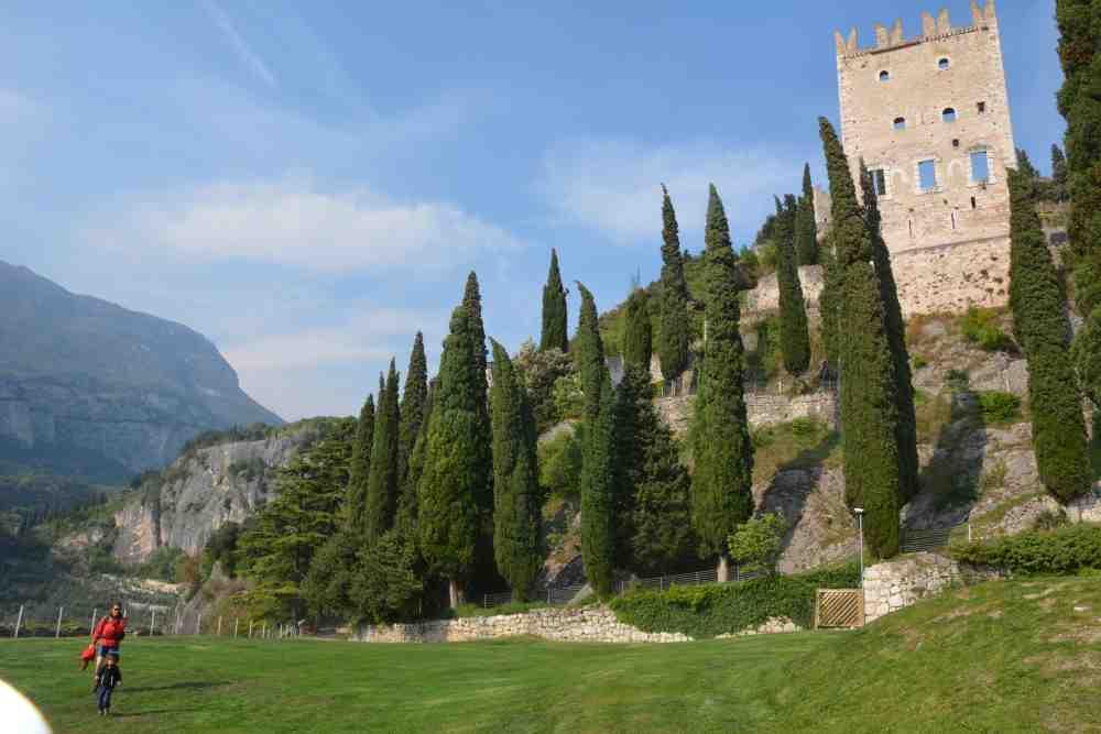 Die kleine Wanderung mit Kindern in den Burggarten und hinauf auf die Burg in Arco