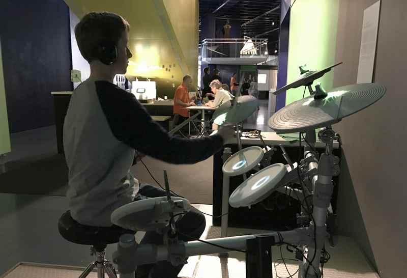 Ein Ausflug in´s Ars Electronica Center in Linz mit Kindern - dorf dürfen Kinder Schlagzeug spielen