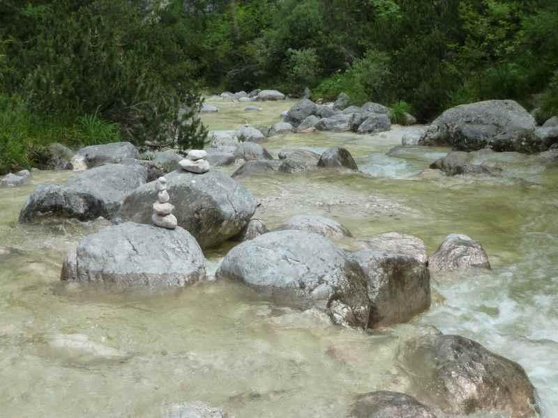 Steinmännchen mitten im Wasser der Aschauer Klamm in Bayern