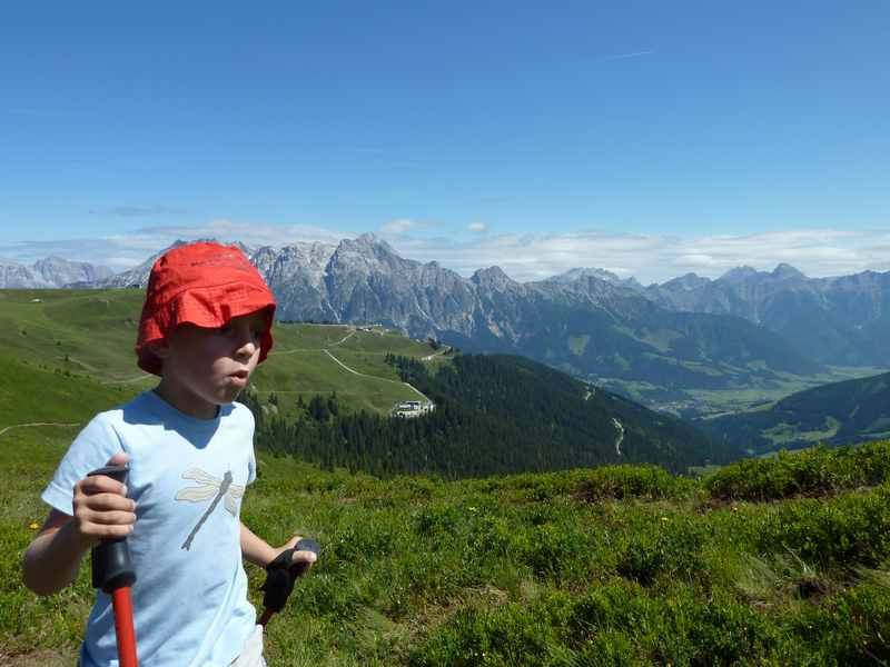 Leogang wandern mit Kindern - auf dem Asitz, gegenüber die Leoganger Steinberge