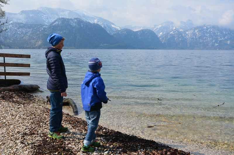 Schnell von der Ferienwohnung an den Attersee Strand im Frühling - der Vorteil einer Ferienwohnung Attersee mit Seezugang