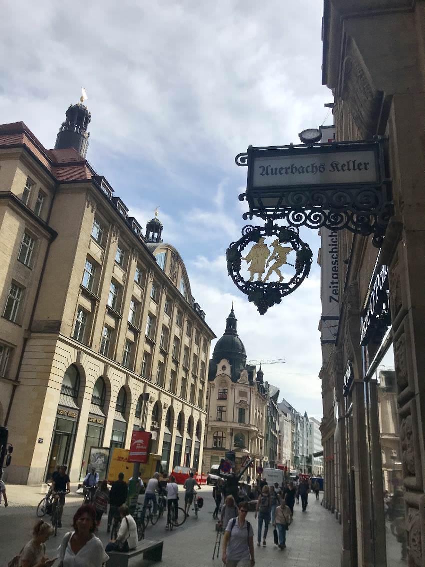 Von der Fußgängerzone geht es in der Altstadt Leizig hinein in die Mädler Passage