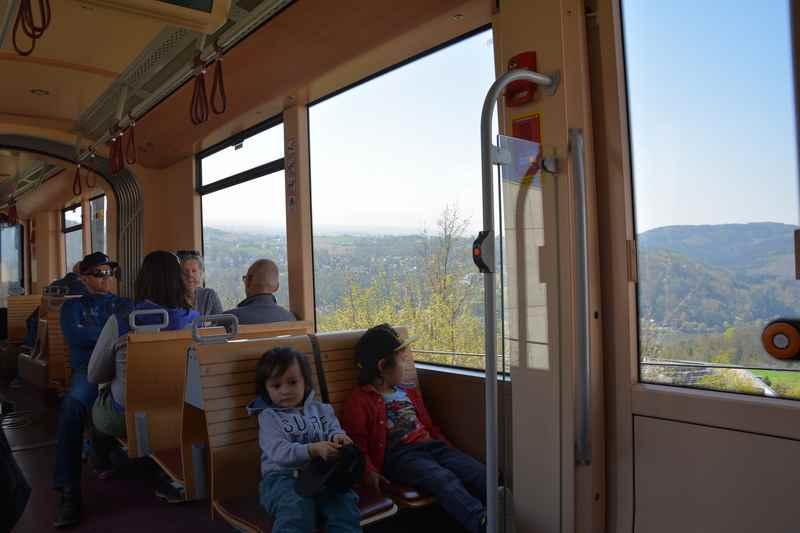 Ausblick in die Landschaft während der Fahrt mit der Pöstlingbergbahn