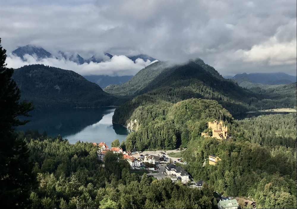 Oben hast du diesen Ausblick auf das Schloss Hohenschwangau mit dem Alpsee