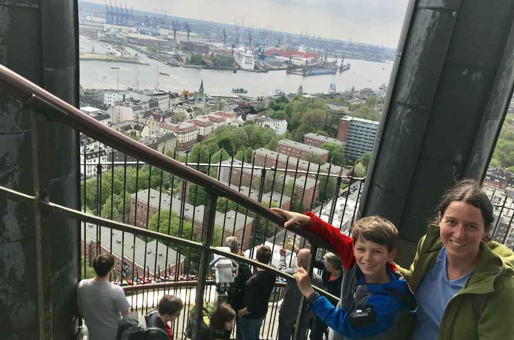 ... wiel du vom Turm am Michel diesen Ausblick über Hamburg mit Elbe und Hafen hast.
