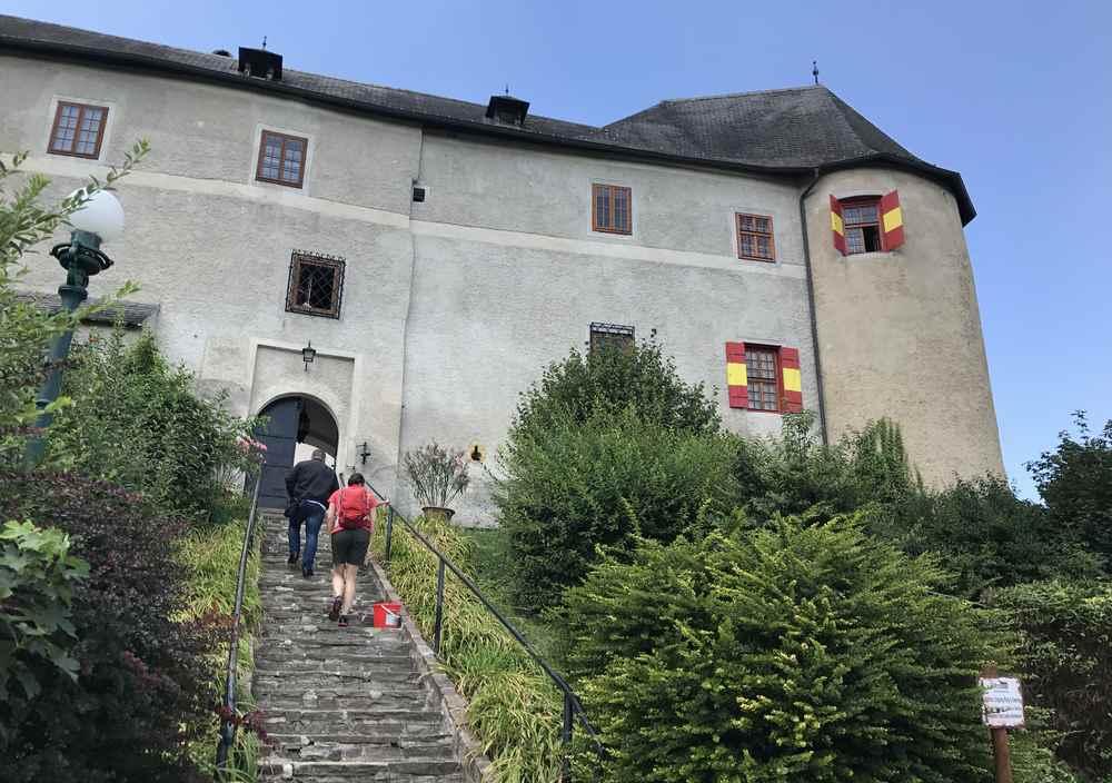 Über die Stufen geht´s in die Unterburg der Burganlage Lockenhaus