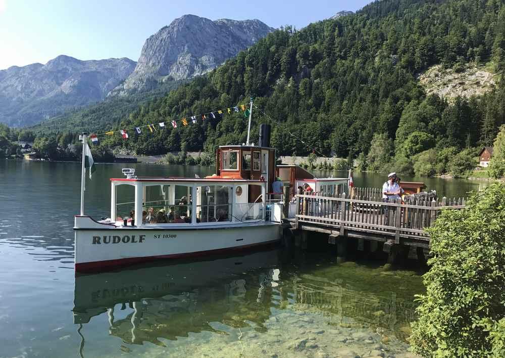 Ein Ausflug mit dem Schiff am Grundlsee - gehört zur Drei-Seen-Tour dazu