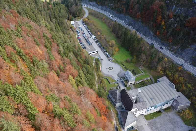 Der Blick von der Brücke hinunter zur Klause Ehrenberg und dem Parkplatz