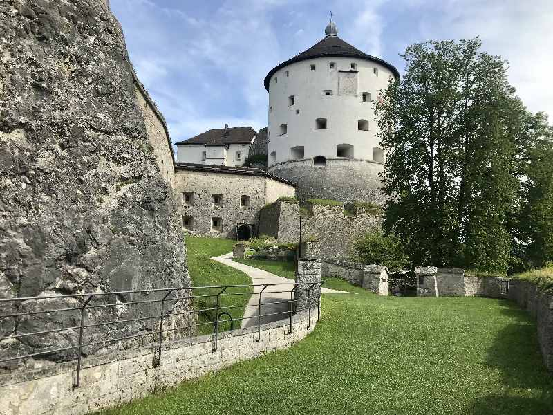 Über die weitläufige Anlage spazieren wir zum nächsten Tor der Festung