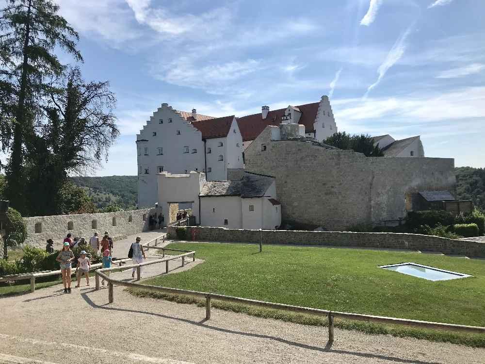 Über den Drei-Burgen-Steig kommen wir zur Rosenburg im Altmühltal
