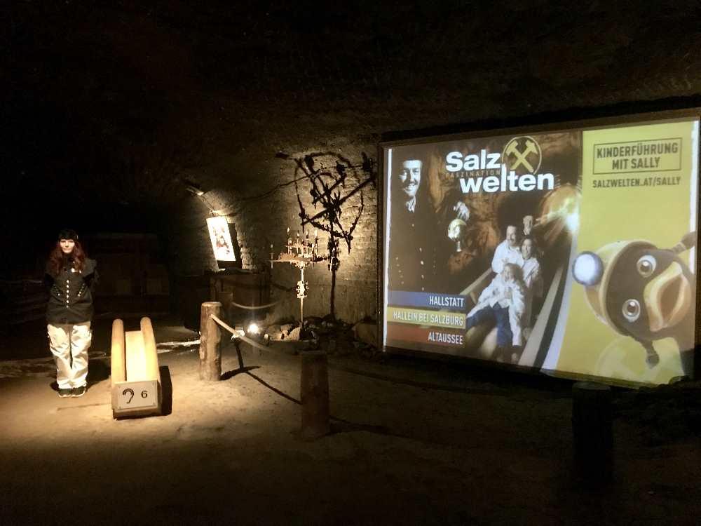 Der erste Film wird in einer großen Höhle im Berg gezeigt. Julia erklärt uns davor alles.