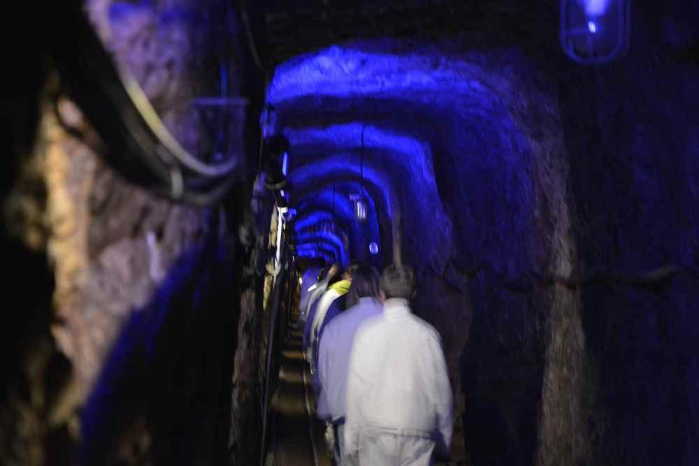Spannend für die Kinder: Durch die beleuchteten Stollen im Berg gehen