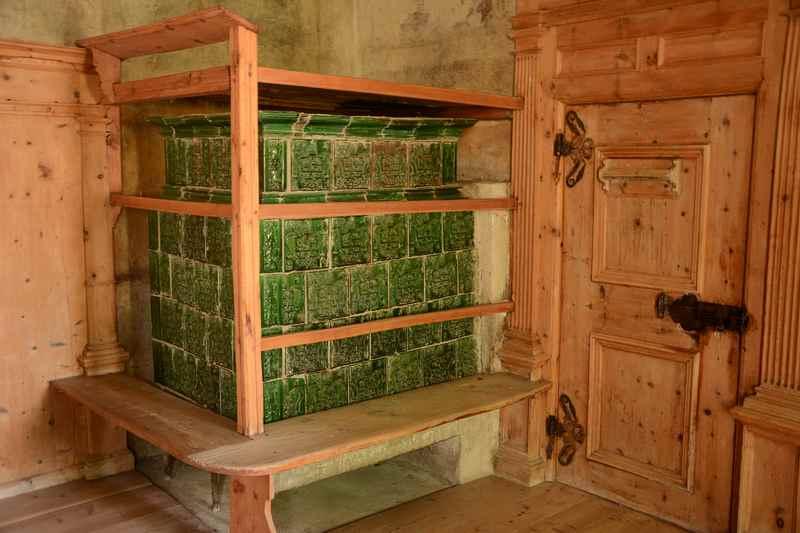 Ausflug mit Kinder ins Schloss Feldthurns, diese Kamine haben die Räume beheizt.