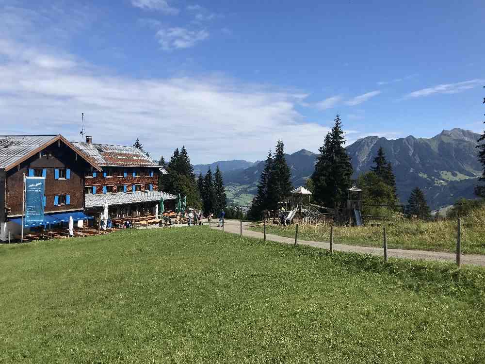 So schön ist der Ausblick beim Gasthof der Bergstation - wir wandern von hier hinauf