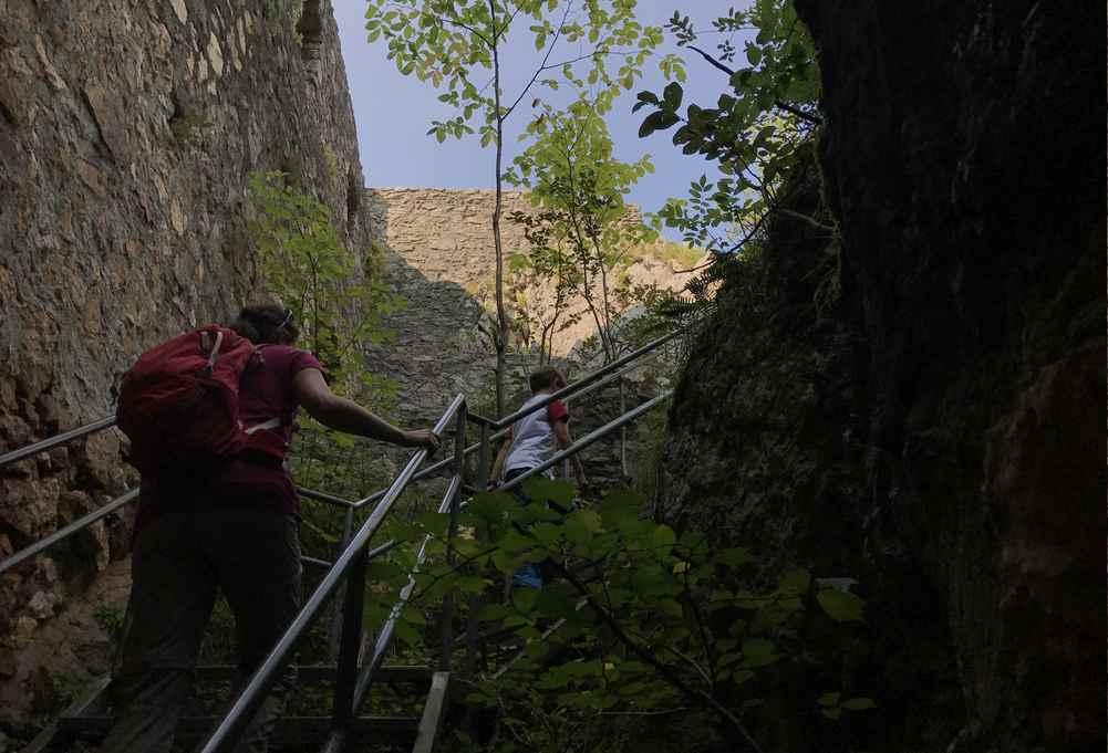 Über die Treppe kommen wir in der Burgruine hinauf