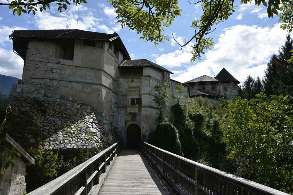 Über die große Zugbrücke gehen wir in das Schloss Rodenegg bei Brixen