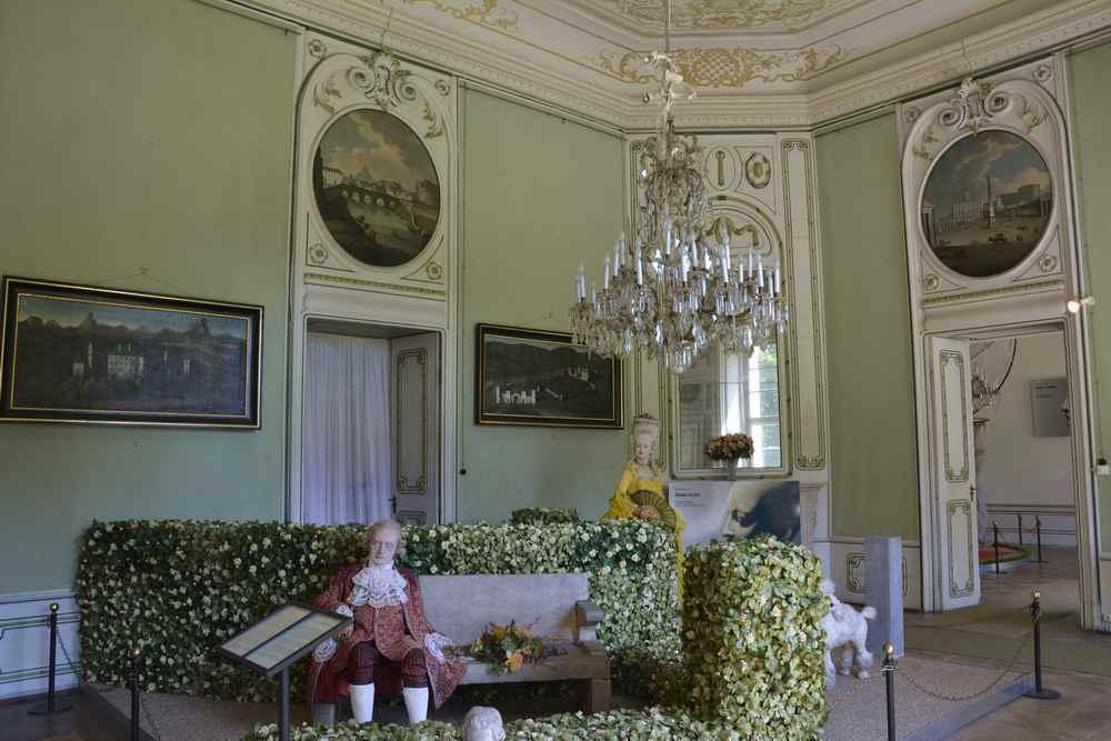Der Mozart-Förderer und Bauherr des Schlosses mit seiner Geliebten