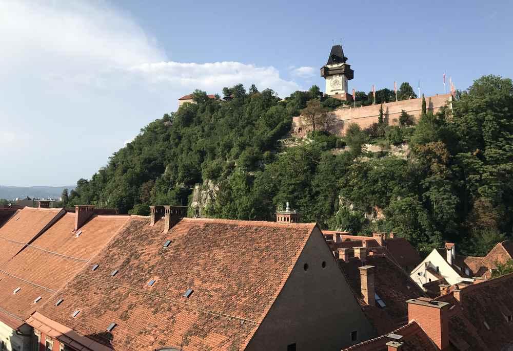 Familienurlaub Graz: Die Aussicht auf Graz und den Uhrturm - kostenlos vom Kaufhaus in der Innenstadt