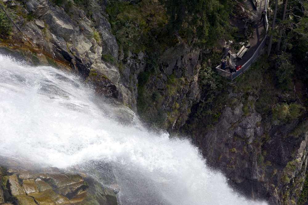 Von der obersten Aussichtsplattform schauen wir über den Wasserfall zur unteren Aussichtsplattform des Stuibenfalls