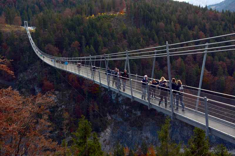 Der Aussichtspunkt auf die Highline 179 - viele Familien sind unterwegs am Ausflugsziel in Tirol, nicht mit Kinderwagen begehbar