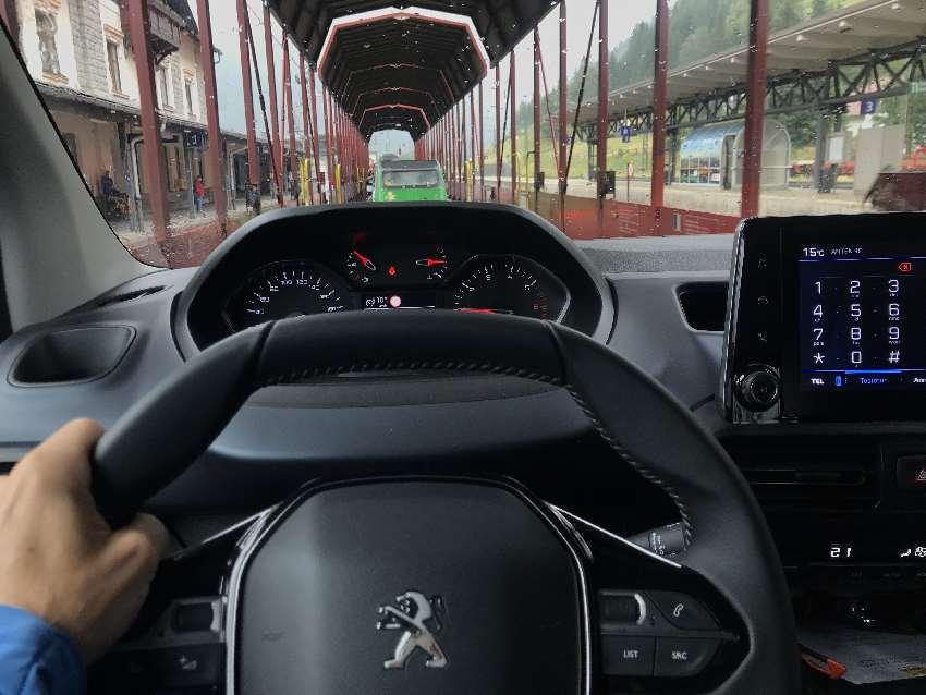 Die Autoverladung auf den Autozug für die Fahrt durch die Tauernschleuse