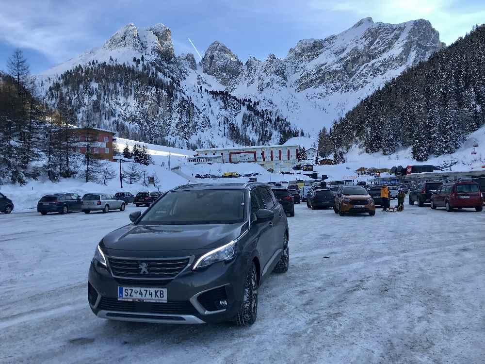Unten am Parkplatz begrüßt mich bereits dieses Bergpanorama im Skigebiet Axamer Lizum