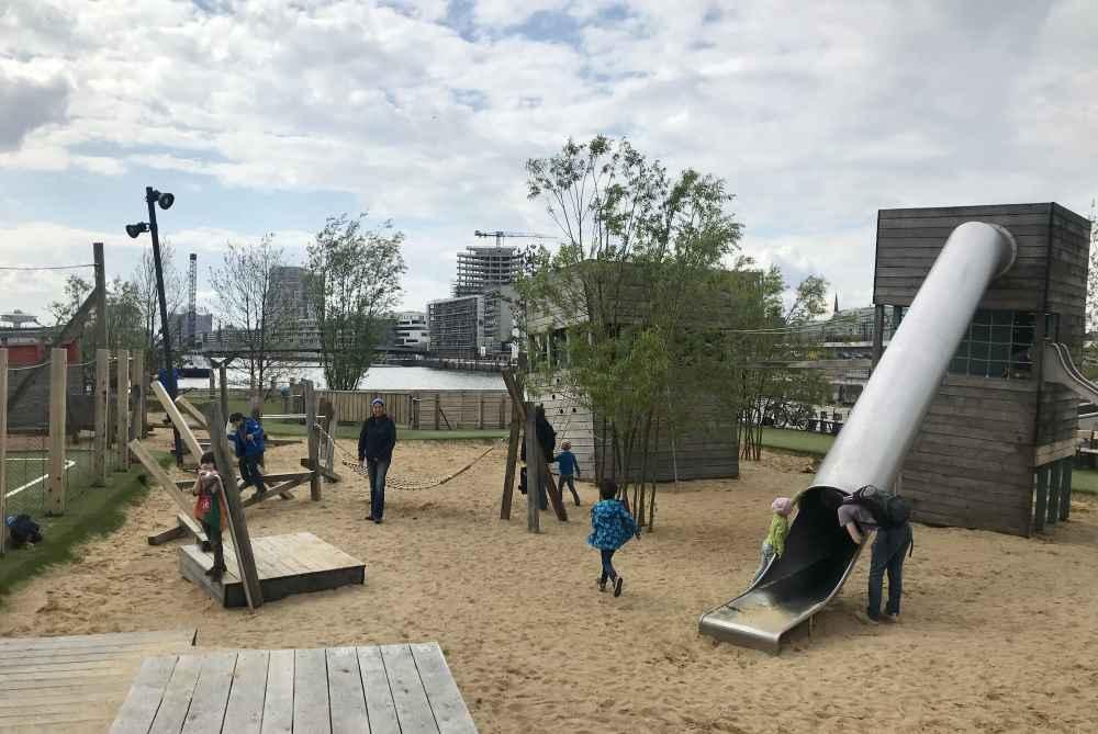 Rund um die Türme zum Klettern und Spielen können Kinder im Sand buddeln