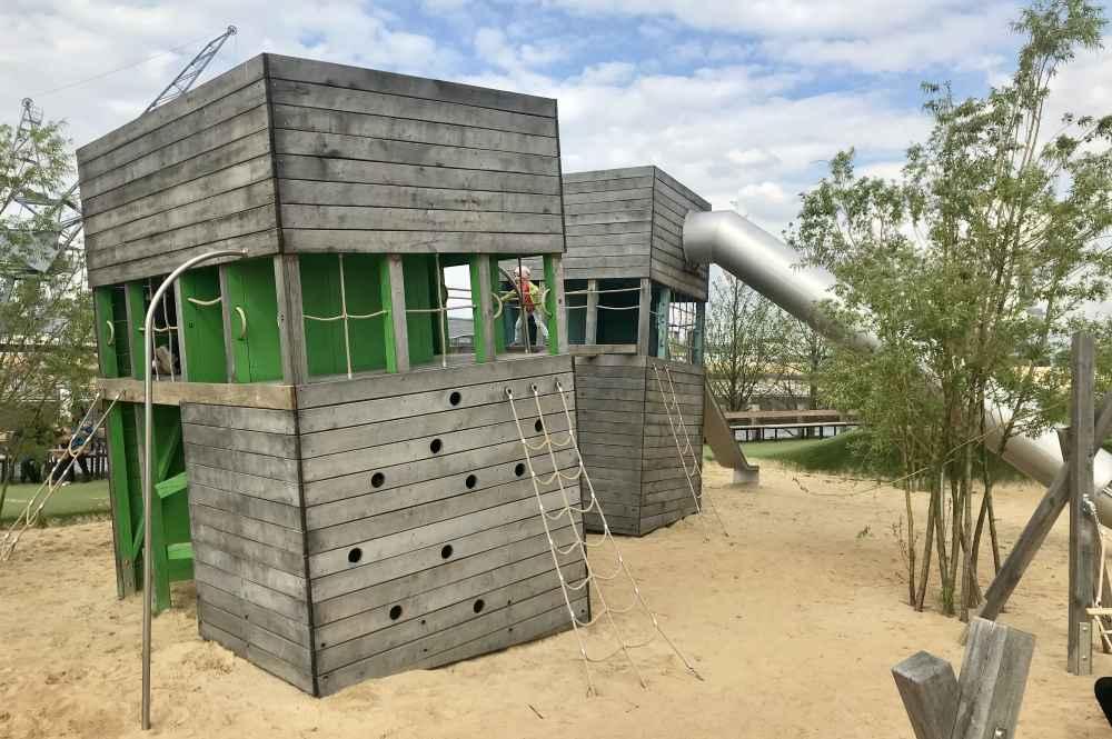Unsere erste Anlaufstelle am Baakenpark Spielplatz in Hamburg mit Kindern: Der Kletterturm mit Rutsche