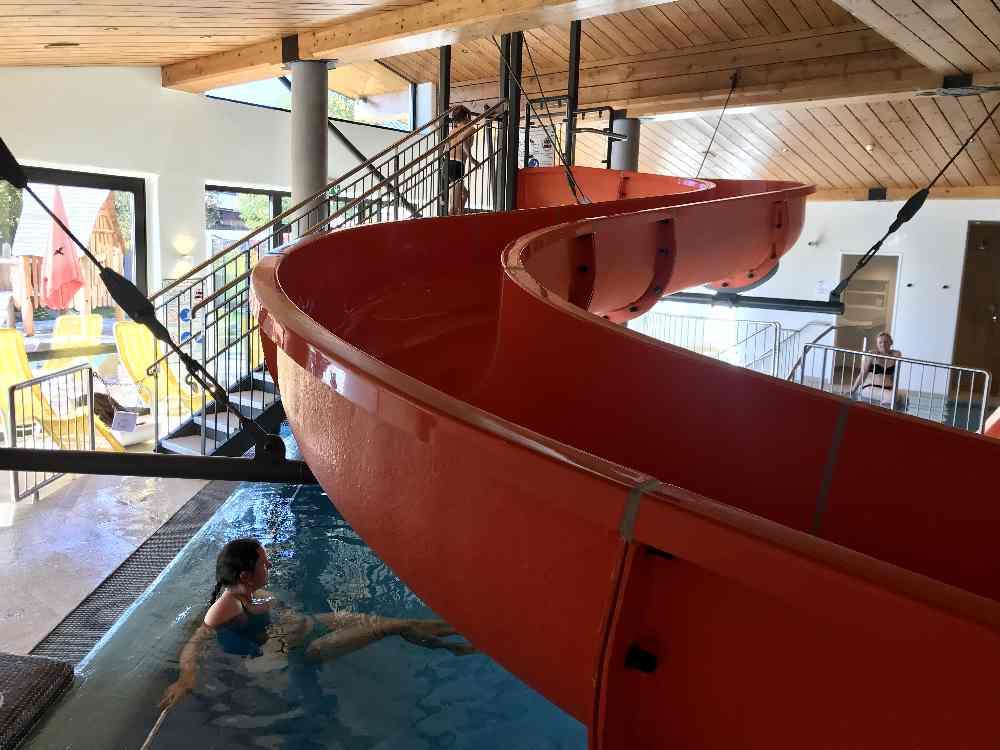 Im Schwimmbad gibt es die rote längere Rutsche für Kleinkinder und die Elefantenrutsche für´s Baby