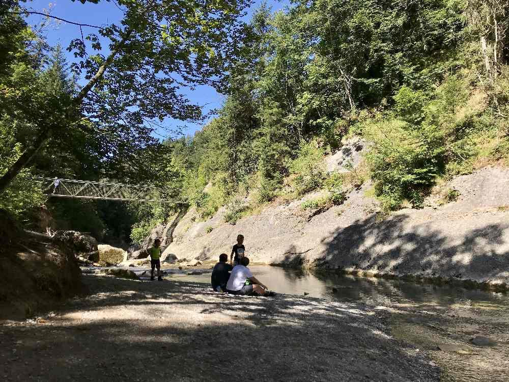 Der Kiesstrand zum Baden und Plantschen an den Buchenegger Wasserfällen mit Kindern