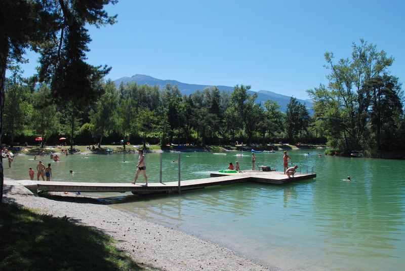 Badesee Weisslahn in Tirol: Mit Badesteg und kleiner Insel