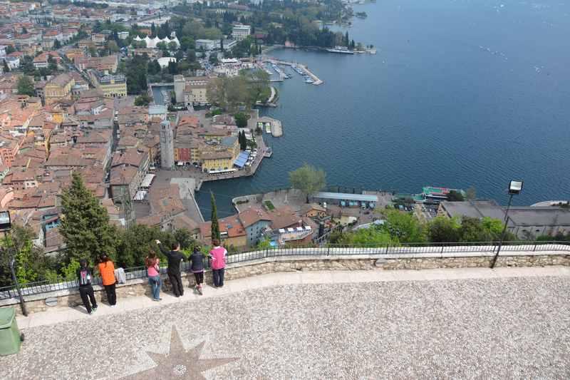 Riva del Garda wandern mit Kindern: Das ist der Ausblick von der Bastion auf Riva und den Gardasee
