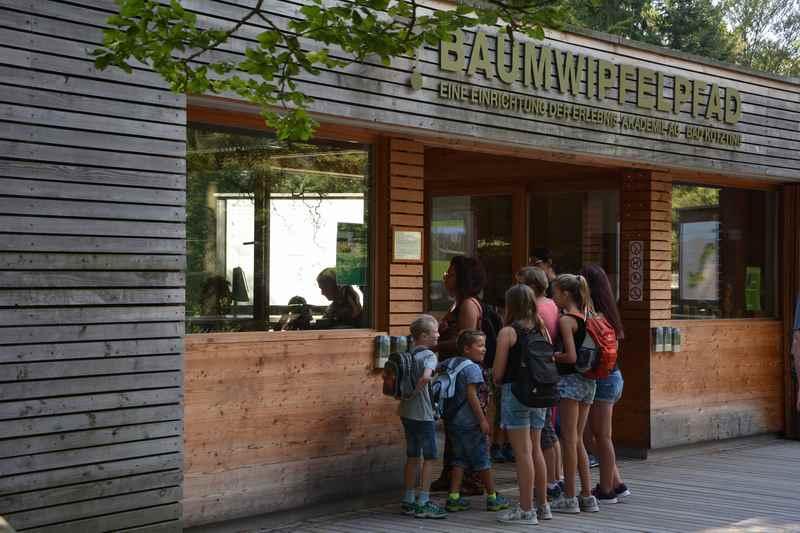 Da müssen wir durch: Das Kassenhaus auf dem Weg zum Baumwipfelpfad im Bayerischen Wald