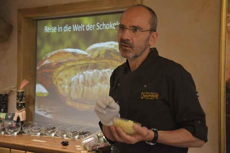 Voller Überzeugung nimmt uns Chocolatier Franz Kässer mit auf seine Reise zur Schokolade