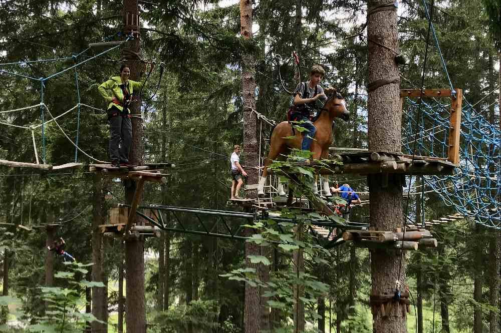 Auf einem Pferd zwischen Baumwipfeln reiten - geht im Kletterwald Garmisch Partenkirchen...