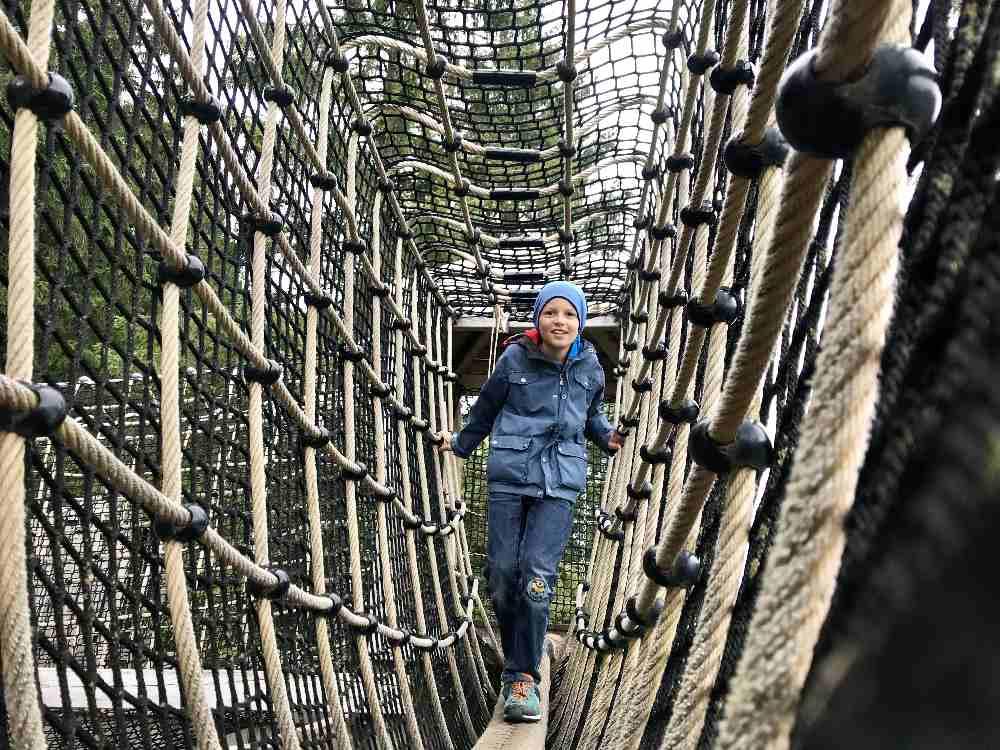 Und oben durch das Klettergerüst von einem Turm zum Anderen - das gefällt den Kindern!