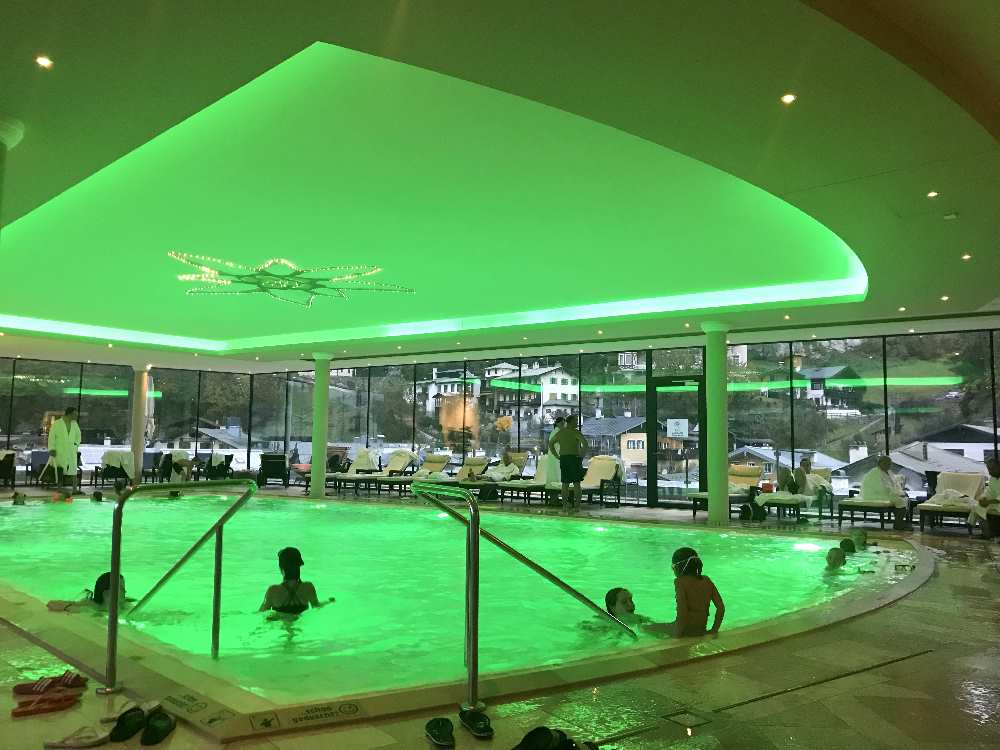 Hier dürfen auch die Kinder schwimmen und toben. Lässig: Die bunte Beleuchtung