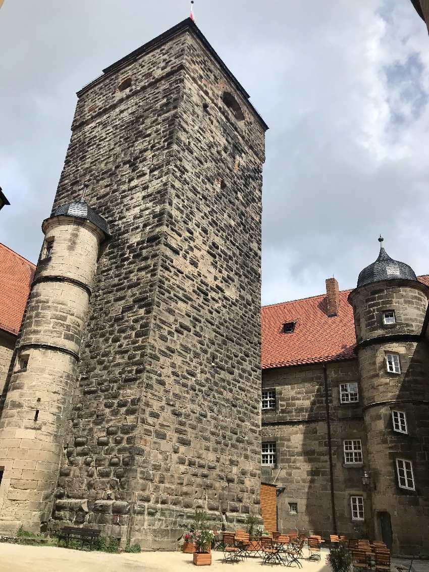 Der Bergfried auf der Festung in Franken ist 38 Meter hoch