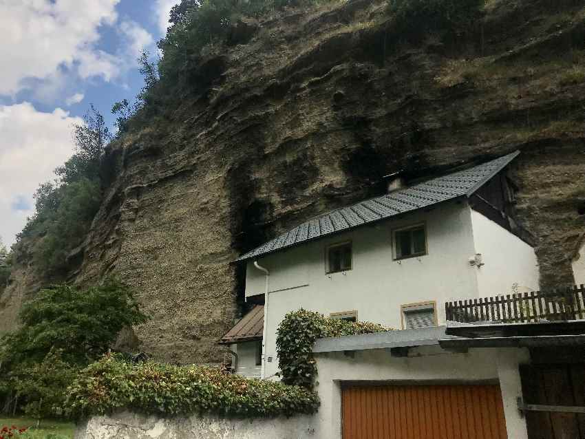 Die Bergl Häuser in Imst: In die Felsen gebaute Wohnhäuser, am Eingang in die Rosengartenschlucht